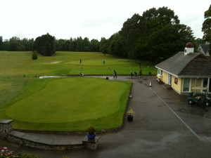 Putting Grün und Abschlag 1 vom Panoramafenster des Clubhaus gesehen.