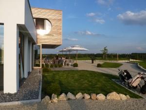 Mondänes und einladendes Clubhaus mit Terrasse zum Sonnen